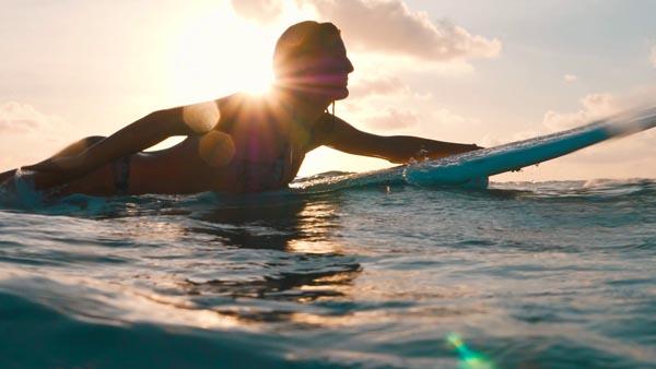 Der Welle entgegen mit der Lumix GH5 - Max Brinnich / Panasonic - Photo+Adventure